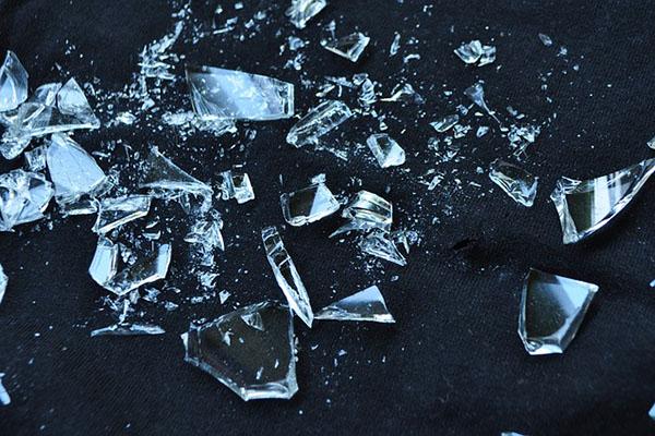 Niños rompen la escultura de cristal más grande del mundo